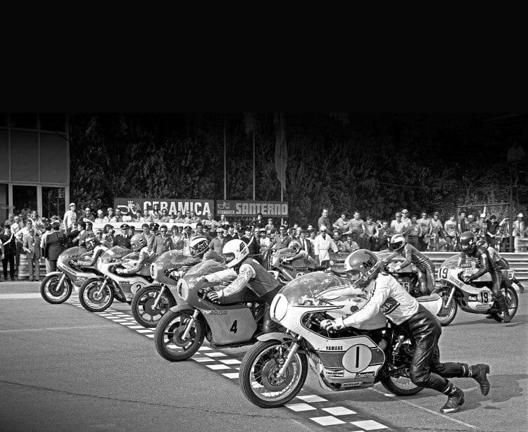 Twenty cylinders on the front row start to fire up for the race: Giacomo Agostini, Yamaha (1), Gianfranco Bonera, MV Agusta (4), Phil Read, MV Agusta (3), Teuvo Länsivuori, Yamaha (2), Barry Sheene, Suzuki (5). On the second row is Armando Toracca, Paton; Victor Palomo, Yamaha and Adu Celso Santos, Yamaha.